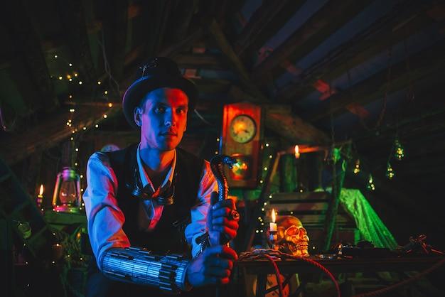 Retrato do inventor masculino em um terno steampunk, uma cartola com uma bengala na mão fica em uma oficina de relógios com luz de néon. cosplay cyberpunk