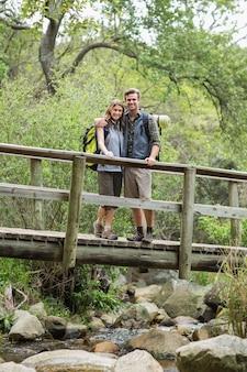 Retrato do jovem casal dançando na passarela