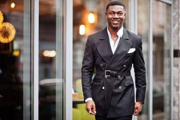 Retrato do jovem empresário afro-americano de terno.