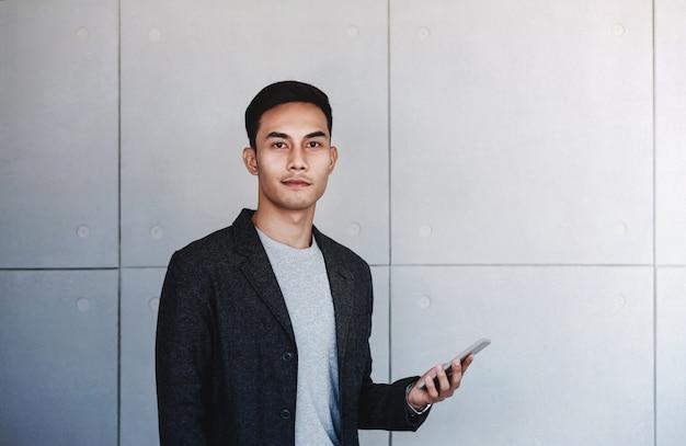 Retrato do jovem empresário com o smartphone.