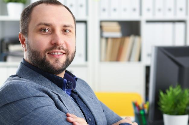 Retrato do jovem empresário promissor bonito no escritório