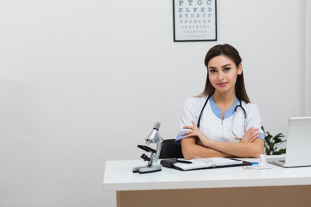 Retrato do jovem médico feminino