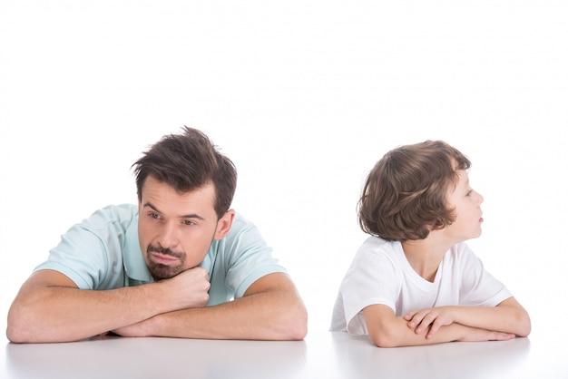 Retrato do jovem pai e seu filho, brigou.