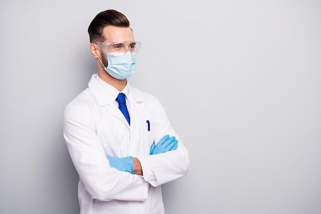 Retrato do lado do perfil dele ele agradável atraente alegre experiente doc cientista dentista cirurgião boticário físico os braços cruzados isolados na cor pastel cinza claro