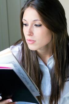 Retrato do livro de leitura do sexo feminino