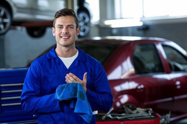 Retrato do mecânico mãos limpando com um pano de limpeza
