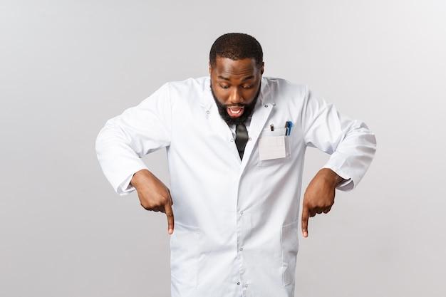 Retrato do médico afro-americano ou médico de uniforme branco.