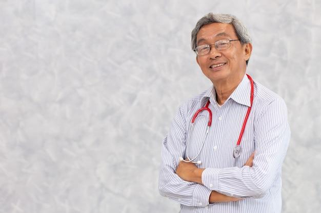 Retrato do médico chinês velho saudável idoso asiático em pé sorriso com espaço para texto.