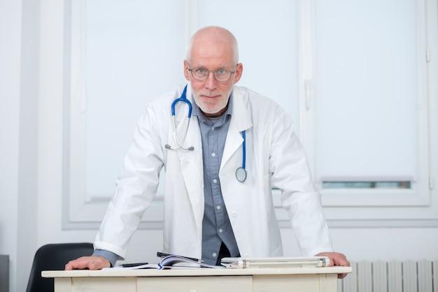 Retrato do médico com estetoscópio