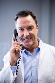 Retrato do médico homem interagindo no telefone