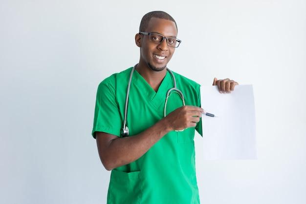 Retrato do médico novo alegre que explica o contrato médico.