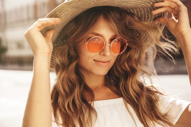 Retrato do modelo bonito adolescente loiro bonito