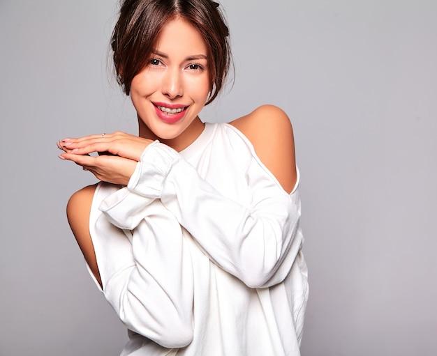 Retrato do modelo bonito mulher morena bonita com roupas de verão casual sem maquiagem isolada em cinza