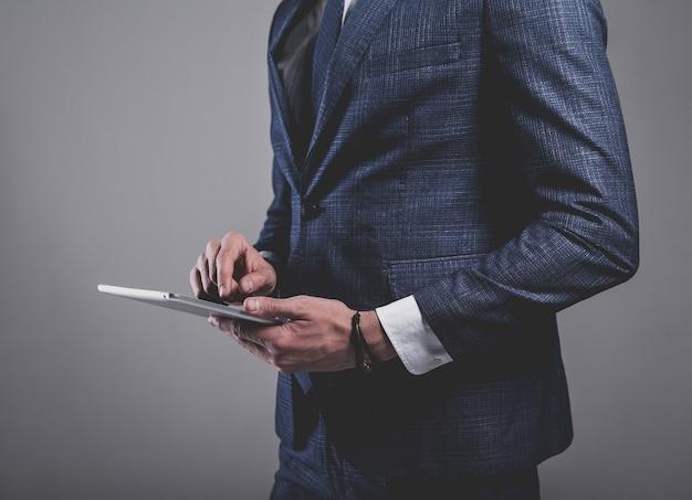 Retrato do modelo de empresário de moda bonito vestido com elegante terno azul