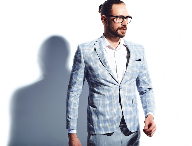 Retrato do modelo de empresário de moda hipster elegante bonito vestido elegante terno azul claro em copos em branco.