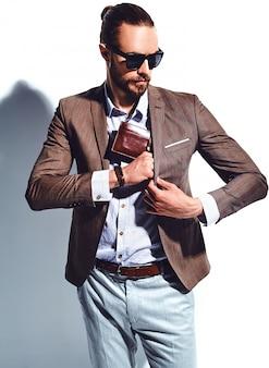 Retrato do modelo de empresário de moda hipster elegante bonito vestido elegante terno marrom em óculos de sol