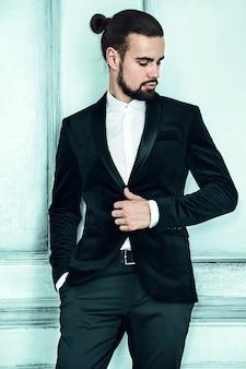 Retrato do modelo de empresário de moda hipster elegante bonito vestido elegante terno preto.
