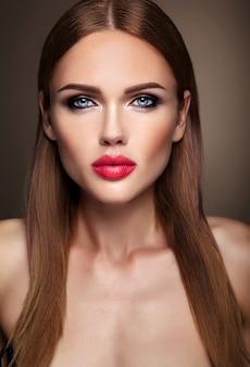 Retrato do modelo de menina bonita com maquiagem de noite e penteado romântico. lábios rosados