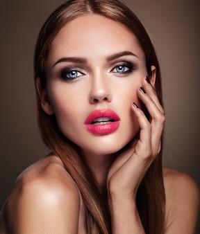 Retrato do modelo de menina bonita com maquiagem de noite e penteado romântico. lábios vermelhos