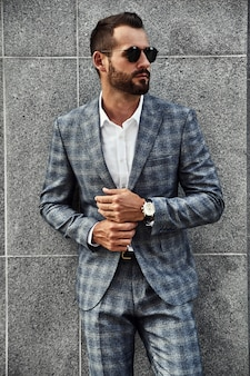 Retrato do modelo de moda bonito empresário vestido elegante terno xadrez