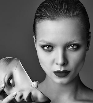 Retrato do modelo de moda elegante mulher morena bonita com maquiagem de noite e lábios vermelhos na jaqueta branca