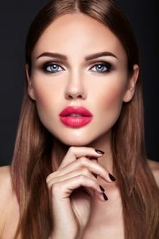 Retrato do modelo de mulher bonita com maquiagem de noite e penteado romântico.