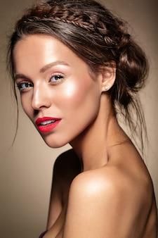 Retrato do modelo de mulher bonita com maquiagem diária fresca e lábios vermelhos