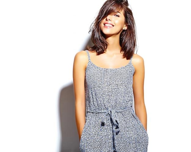 Retrato do modelo de mulher bonita em roupas de verão casual sem maquiagem na parede branca