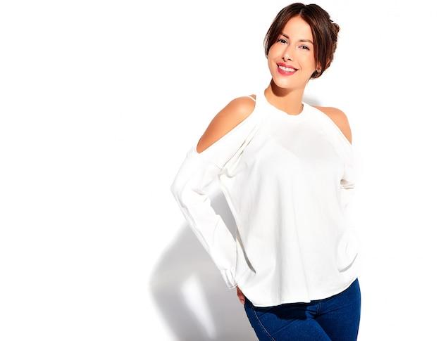 Retrato do modelo de mulher morena bonito sorridente bonito em roupas de verão casual sem maquiagem isolada no branco