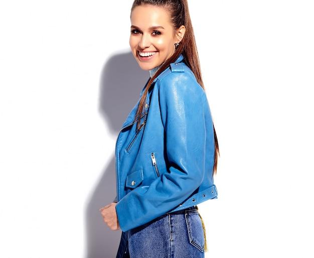 Retrato do modelo de mulher morena sorridente caucasiano bonito casaco azul brilhante