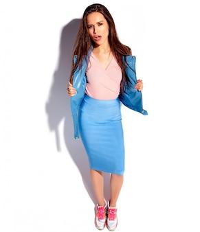 Retrato do modelo de mulher morena sorridente caucasiano bonito em roupas elegantes de verão rosa e azul brilhante