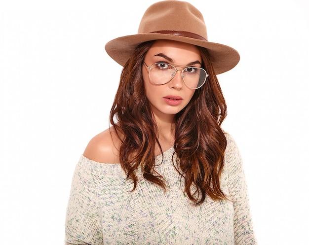 Retrato do modelo elegante jovem em roupas de verão casual no chapéu marrom com maquiagem natural em copos isolados.