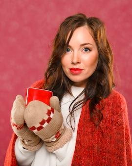 Retrato do modelo feminino bonito do inverno
