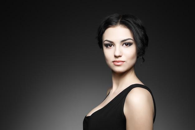 Retrato do modelo feminino na parede cinza