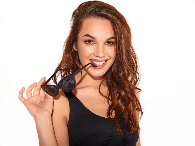 Retrato do modelo jovem elegante em roupas de verão casual com maquiagem natural em óculos de sol isolados