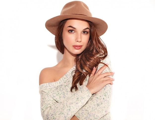 Retrato do modelo jovem elegante em roupas de verão casual no chapéu marrom com maquiagem natural isolada.