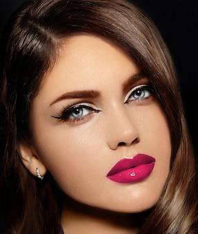 Retrato do modelo sexy elegante caucasiano mulher jovem e bonita com lábios naturais-de-rosa