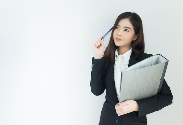 Retrato do pensamento asiático novo da mulher de negócio.