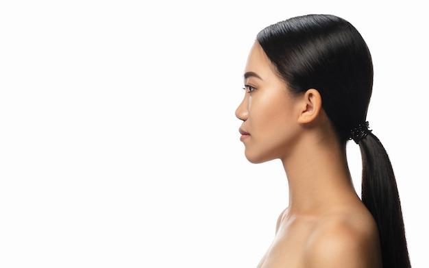 Retrato do perfil da linda mulher asiática isolado no branco.