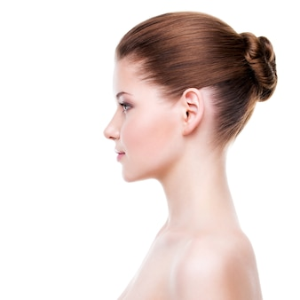 Retrato do perfil de uma jovem mulher bonita com pele limpa, fresca - isolada no branco.