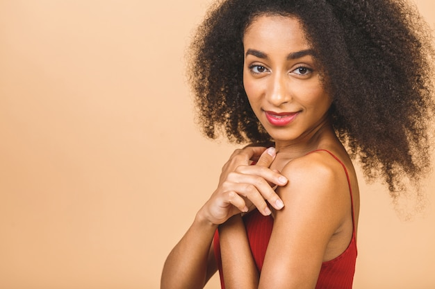 Retrato do perfil do close up da pele da beleza de uma bela raça mista caucasiana