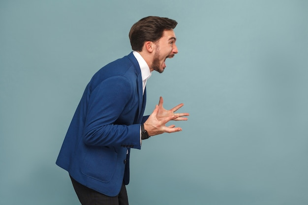 Retrato do perfil do gerente estressado no trabalho, gritar rugido