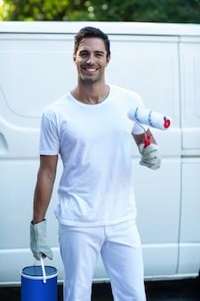 Retrato do pintor feliz com equipamento