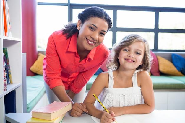 Retrato do professor com a menina na biblioteca da escola