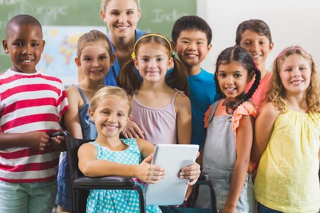 Retrato do professor e crianças em sala de aula