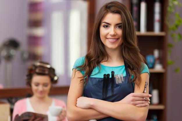 Retrato do proprietário sorridente de um salão de cabeleireiro