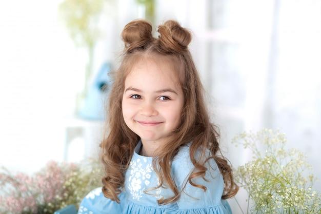 Retrato do rosto de menina bonita com cabelo comprido. closeup retrato de uma menina sorridente. 8 de março, dia internacional da mulher, dia das mães. retrato de uma menina feliz e sorridente de criança. infância