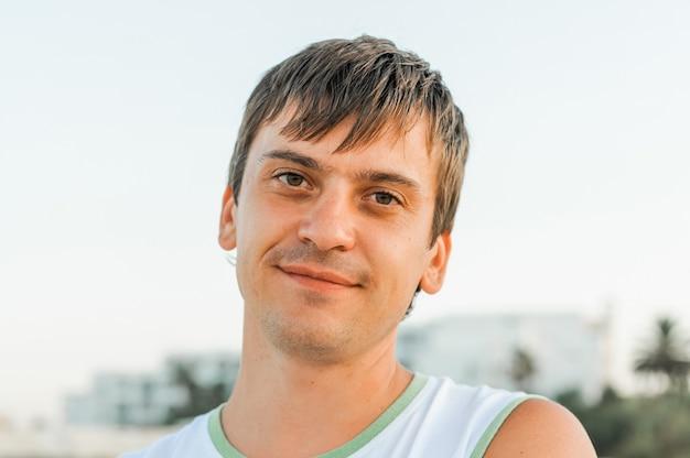 Retrato do rosto de um homem cândido, caucasiano, adulto e feliz, de trinta anos, ou de um cara sozinho viajando nas férias de verão