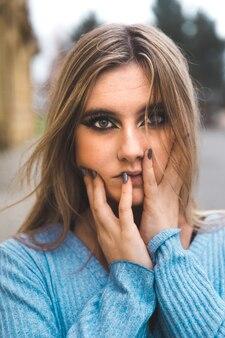 Retrato do rosto de uma jovem loira