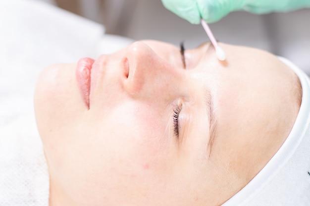 Retrato do rosto de uma mulher com problema de pele. procedimento de peeling. beleza natural. mídia mista